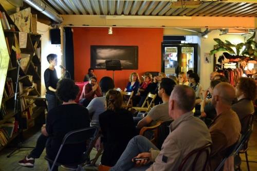 Soirée à l'Équitable Café, avril 2015, Marseille. Soirée en collaboration avec AIDES Marseille, le COREVIH PACA Ouest-Corse et le porte-parole d'Africagay contre le sida. Public: une trentaine de personnes.